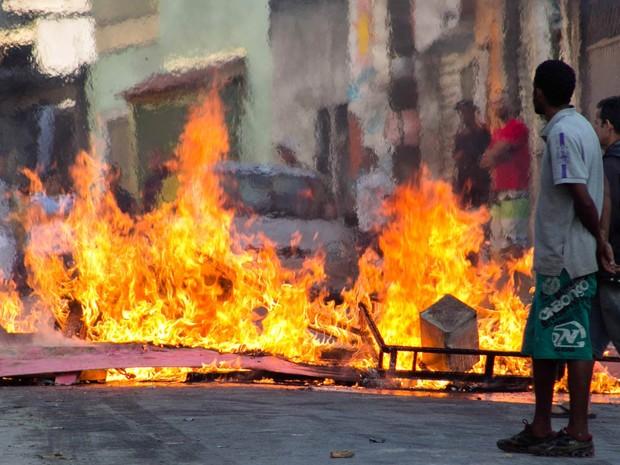 Manifestantes colocam fogo em barracos e em barricadas em protesto realizado durante reintegração de posse de um terreno no Jardim Clímax, Zona Sul de São Paulo. A manifestação acontece na Rua Artur Primavesi. Cerca de 500 pessoas vivem na área ocupada (Foto: Renato Mendes/Brazil Photo Press/Estadão Conteúdo)