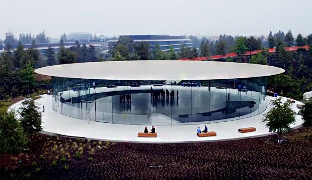 Auditório do Apple Park: pelas imagens, é possível perceber que já não há mais operários trabalhando (Foto: Reprodução/YouTube)