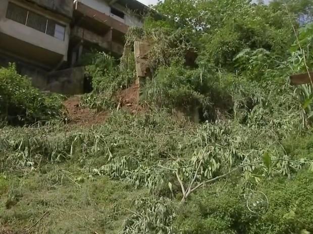 Casa do pedreiro Jair Freitas é ameaçada por muro que pode desabar (Foto: Reprodução/ TV TEM)