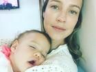 Luana Piovani posa com a filha Liz no pediatra: 'Gratidão'