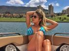 Renatinha se bronzeia em barco de biquíni de crochê