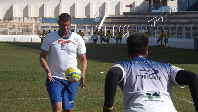 Silvio Luiz, ex-goleiro do São Caetano, preparador de goleiros do Olímpia-SP (Foto: Marcos Lavezo)