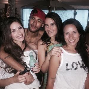 Neymar garante que Camila (E) é sua amiga penas (Foto: Instagram)