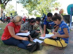Candidatos se reuniram no gramado para discutir as questões  (Foto: Jamile Alves/G1 AM)
