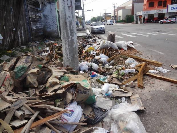 Lixo acumulado é um dos problemas enfrentados por moradores de Belém (Foto: Ingrid Bico/G1 PA)