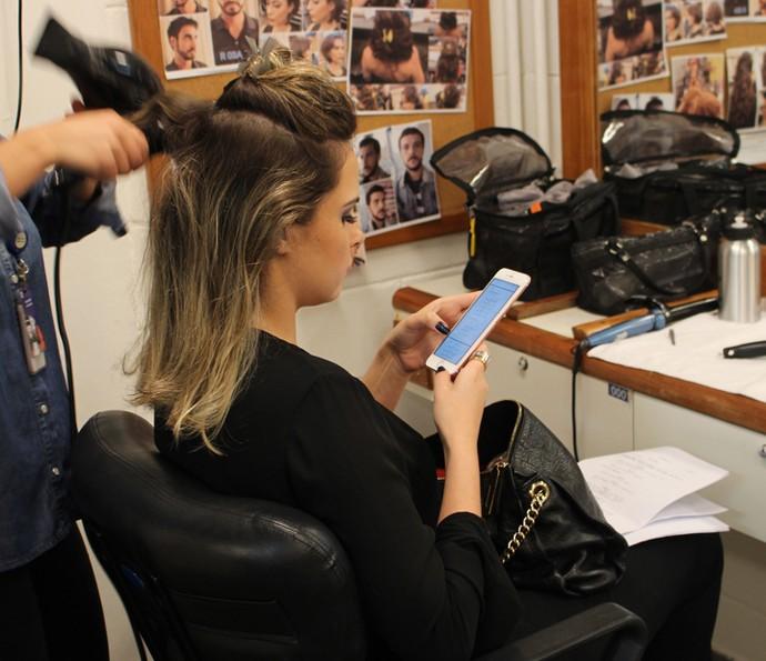 Preparando o cabelo para entrar em cena (Foto: Thaís Meinicke/Gshow)