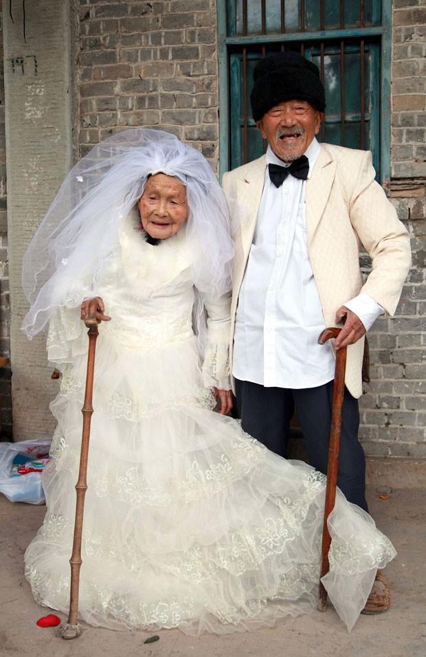 Wu Conghan (dir.), de 101, e sua esposa Sognshi, de 103, realizam o sonho de ter uma foto do casamento (Foto: Reuters/China Daily)