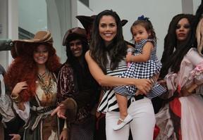 Daniela Albuquerque com a filha no aniversário de Lorenzo (Foto: Celso Tavares / EGO)