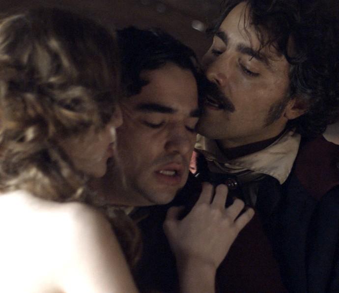 Tolentino encpraja andré a beijar Gironda (Foto: TV Globo)