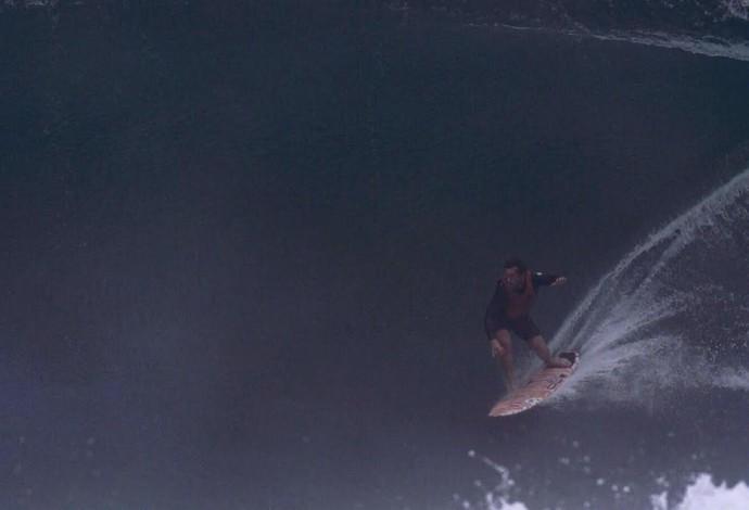 Alemão de Maresias em uma das ondas do dia ensolarado e com ondas de até 3m no Rio (Foto: Andre Callado)