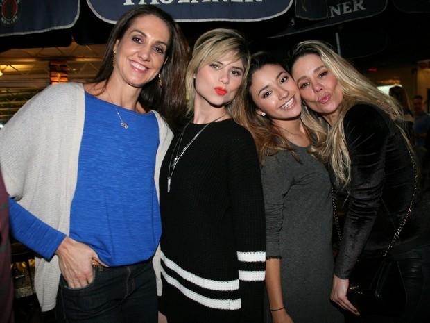 Fernanda Venturini, Carolina Oliveira, Julianne Trevisol e Danielle Winits em restaurante na Zona Oeste do Rio (Foto: Robson Moreira/ Divulgação)