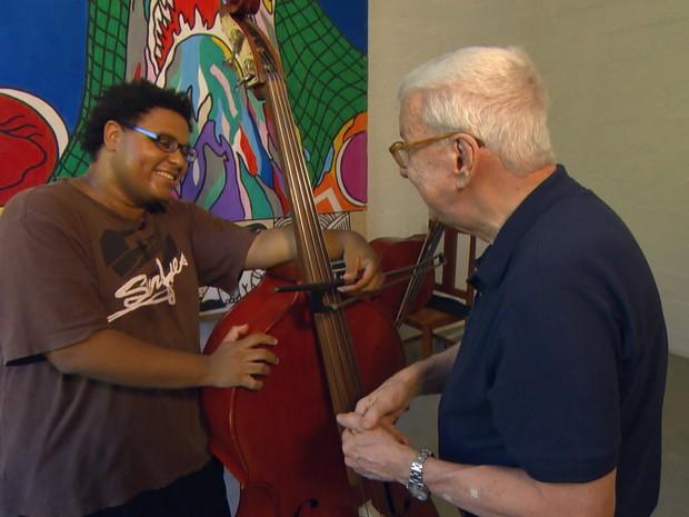 Webster aprendeu a tocar em curso gratuito na periferia de SP (Foto: TV Globo)