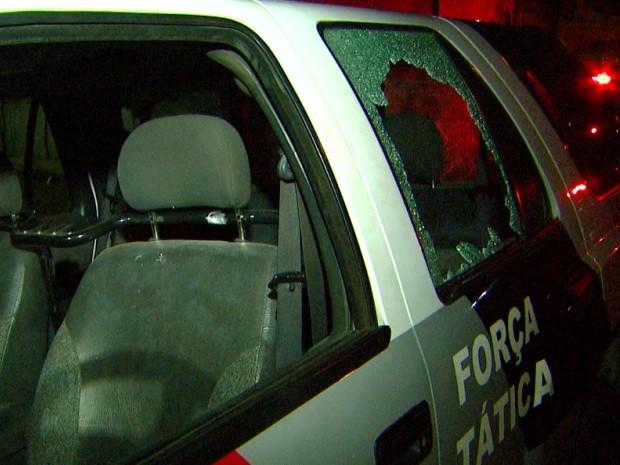 Viatura foi danificada durante troca de tiros em Sumaré, SP (Foto: Reprodução / EPTV)