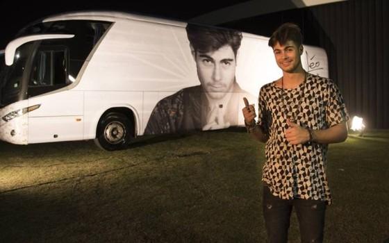 Na nova novela Rafael Vitti ganhou um ônibus adesivado com imagens do seu personagem, que é um ídolo da música (Foto: Divulgação)