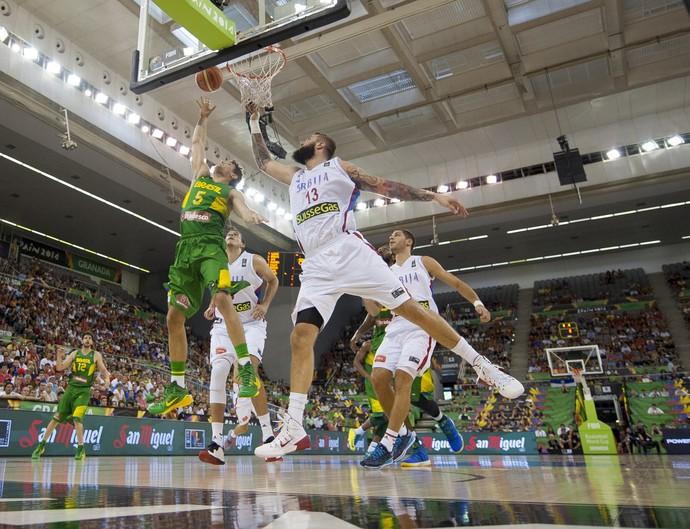Raulzinho e Miroslav Raduljica Brasil x Sérvia Mundial de basquete (Foto: AP)