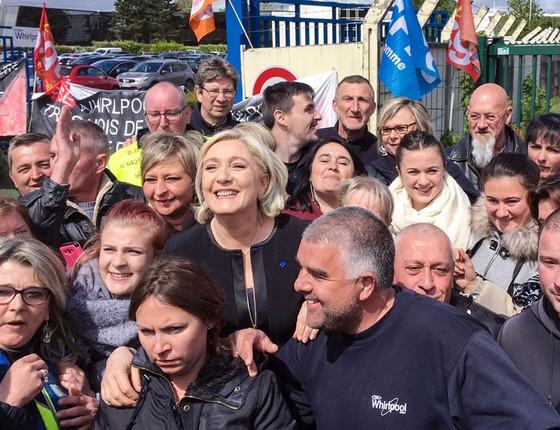 Mariene Le Pen faz selfie com operários sob ameaça de desemprego na cidade natal de Macron (Foto: AFP)