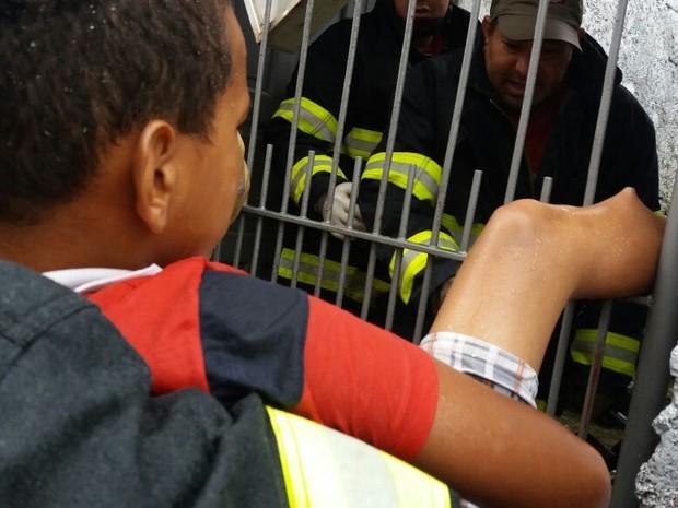 Garoto ficou com a perna presa após pegar pipa (Foto: Corpo de Bombeiros de Mairinque/Divulgação)