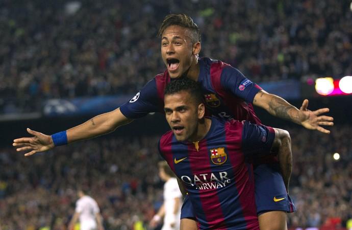 Neymar e Daniel Alves comemoram, Barcelona x PSG (Foto: Agência EFE)