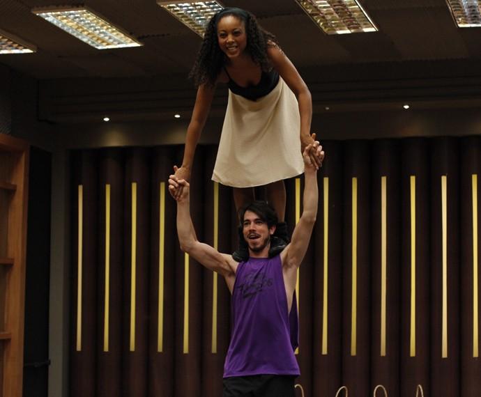 Cantora se equilibra nos ombros de Edgar (Foto: Artur Meninea/Gshow)