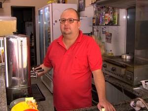 Comerciante está preocupado com avanço da espuma (Foto: Reprodução/TV TEM)