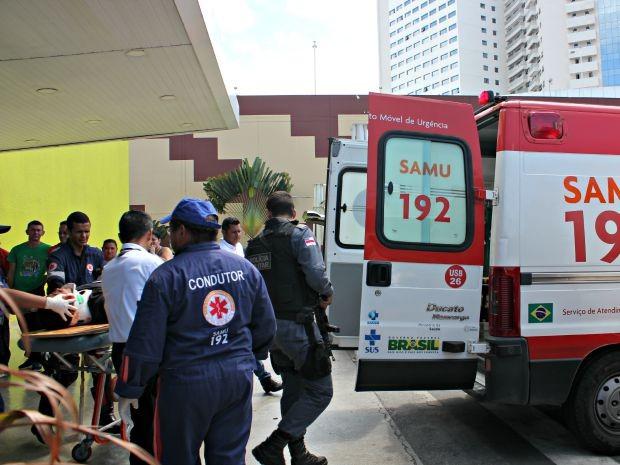 Eletricista foi socorrido e levado para hospital da Zona Leste de Manaus (Foto: Adneison Severiano/G1 AM)