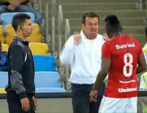 Dunga comemora com Willians o empate aos 48' (Foto: Reprodução/SporTV)