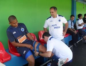 Walter, do Cruzeiro, sendo atendido no banco de reservas, no estádio Arena do Calçado (Foto: Cleber Corrêa)