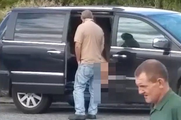 Mulher realizou ato sexual com vibrador com porta de veículo aberta (Foto: Reprodução/YouTube/FAV Funny )