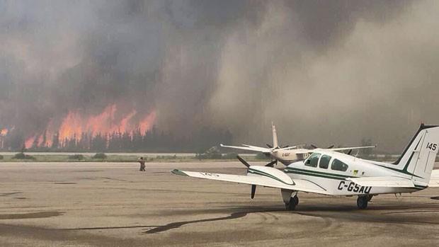 Chamas de incêndio florestal se aproximam de aeroporto em La Ronge, Saskatchewan, no Canadá, em foto deste domingo (5) (Foto: Prince Albert Fire Department/Handout via Reuters)
