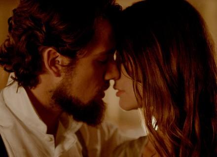 Felipe beija Lívia e desiste de casamento com Melissa