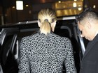Khloe Kardashian leva 'confere' ao se trocar para programa de TV