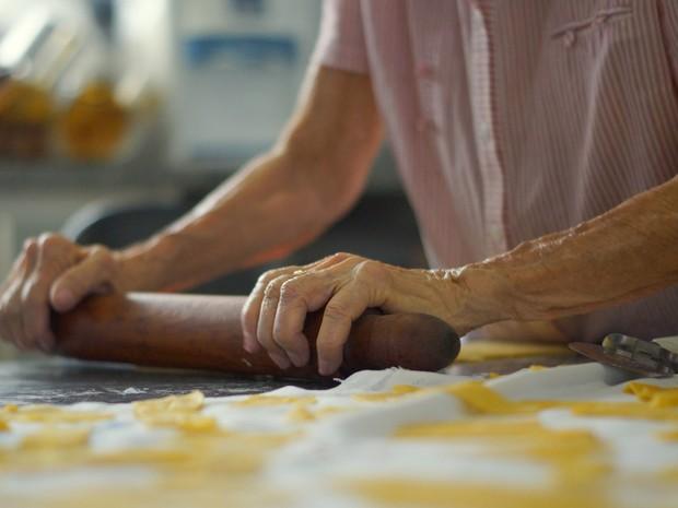 Dona Lourdes fazendo latugue, uma receita típica dos natais da família Picarelli (Foto: Henrique Picarelli)
