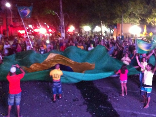 Em Limeira, manifestantes também comemoram votação sobre impeachment (Foto: Wesley Justino / EPTV)