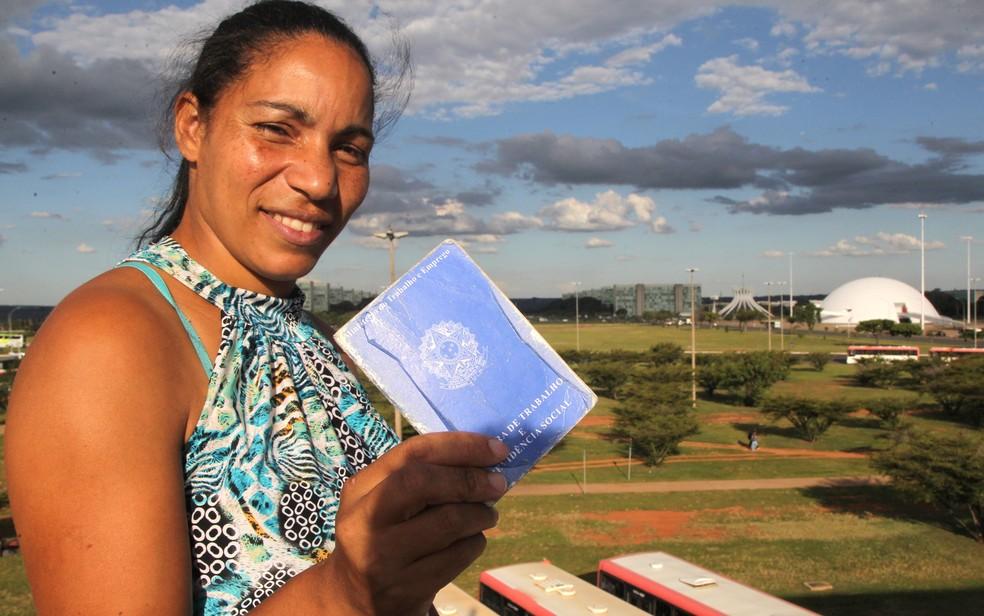 Trabalhadora doméstica com carteira assinada (Foto: Toninho Tavares/Agência Brasília)