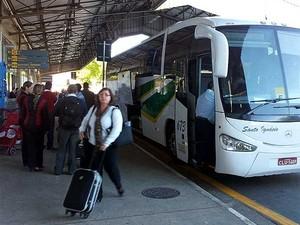 Passageiros são levados em ônibus do Aeroporto Internacional de Viracopos, em Campinas, para Grande São Paulo (Foto: André Natale/G1 Campinas)