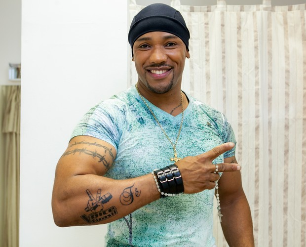 Ângel mostra tatuagens que fez para cumprir um promessa (Foto: Isabella Pinheiro/TV Globo)