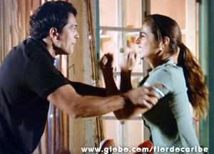 A jovem tenta ajudar, mas se dá mal (Foto: Flor do Caribe/TV Globo)