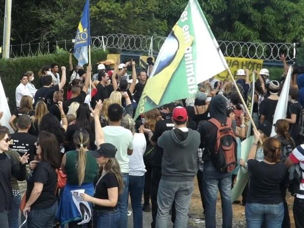 Manifestantes estão em frente ao laboratório (Foto: Pedro Craveiro/ G1)