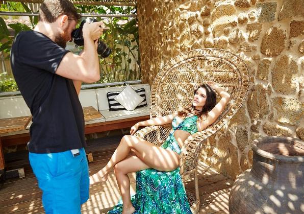 Mariana Rios fotografando para uma campanha de moda praia (Foto: Reprodução / Instagram)