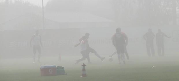 Sob forte neblina, jogadores do Inter realizam treino no CT Parque Gigante (Foto: Tomás Hammes / GLOBOESPORTE.COM)