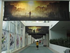 Banners do game 'Dying Light', de sobrevivência em um mundo dominado por zumbis, é destaque nos corredores da E3 2013 (Foto: Gustavo Petró/G1)