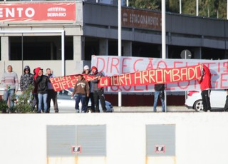 Torcida do Inter faz protesto no treino (Foto: Eduardo Deconto)