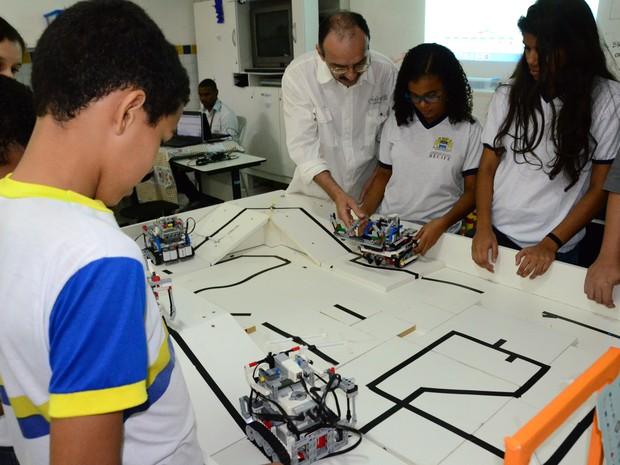 Oitava melhor equipe de estudantes de robótica do mundo treina no Recife antes de disputar a Robocup, na Alemanha (Foto: Carlos Augusto/Divulgação)