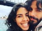 Grávida, Bela Gil curte férias com o marido na Austrália: 'Apaixonados'