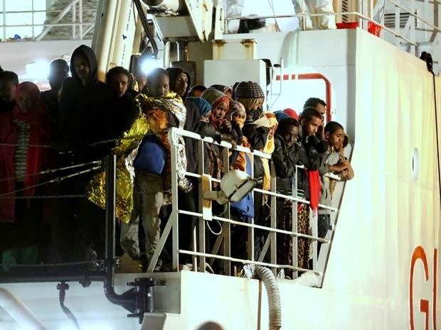 Migrantes resgatados no Mediterrâneo chegam nesta terça-feira (14) em Palermo, no sul Itália, em barco da guarda costeira italiana (Foto: AP Photo/Francesco Malavolta)