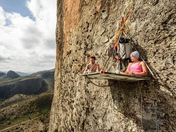 Felipe e Sasha pendurados no portaledge, a casinha que eles montaram na parede da Pedra Riscada (Foto: Marcelo Maragni/Red Bull Content Pool)