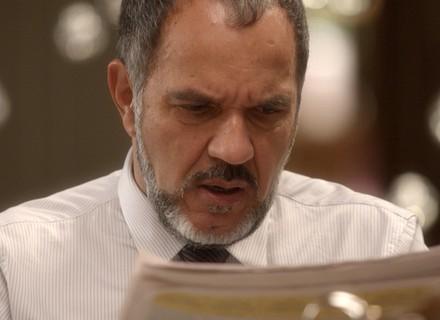 Germano vê foto sua sujo de tinta no jornal