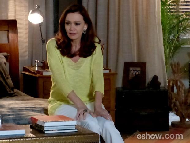 Helena fica sozinha e sofre com casamento da filha (Foto: Em Família / TV Globo)