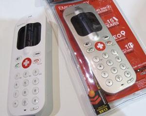 Celular simples, movido à pilha AA, serve apenas para emergências (Foto: Daniela Braun/G1)