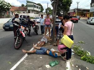 Motociclista perdeu o controle do veículo e bateu em uma árvore. Ele e o carona quase foram atropelados na avenida Cruz das Armas, em João Pessoa (Foto: Walter Paparazzo/G1)